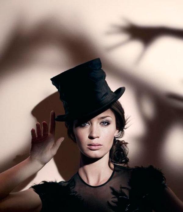 Sombras siniestras intentándo robarle el sombrero a Emily Blunt.