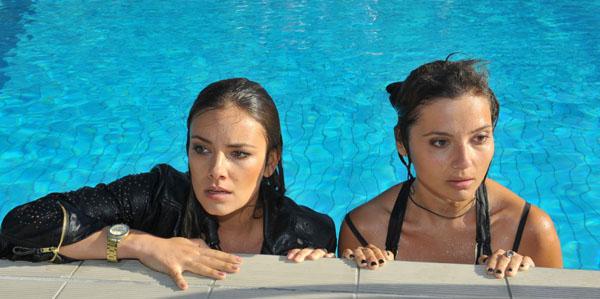 Mi teoría de la unión lesbiana/piscina sigue vigente.
