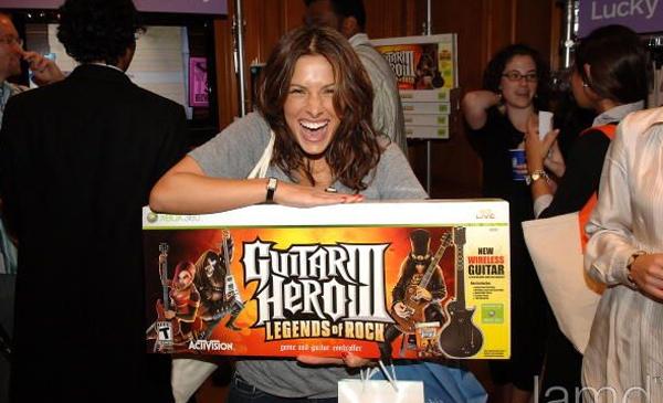 Y si Sarah Shahi quiere que le regales el Guitar Hero tú le regalas el Guitar Hero.