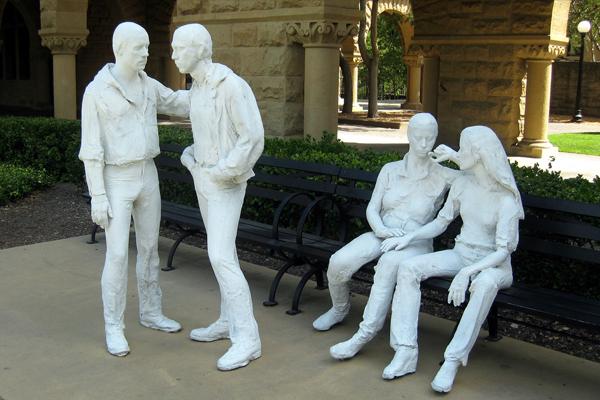 Para ser gay y que no te molesten en la calle lo mejor es ser estatua.