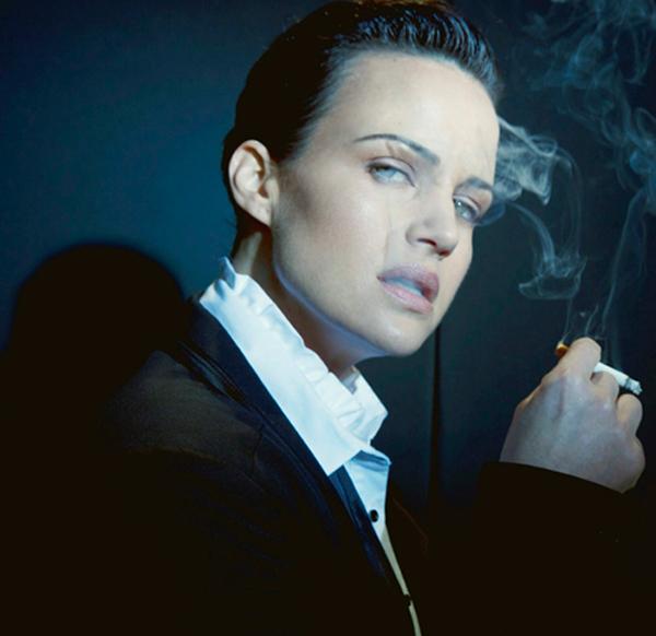 Carla... tú y yo abriendo las ventanas para no morir ahogadas con el humo de tabaco... piénsalo.