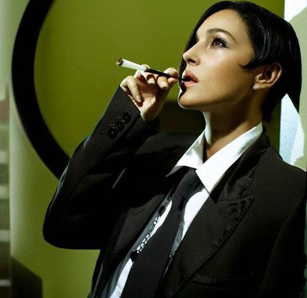 Monica... tú y yo fumando canutos con estilo... piénsalo.