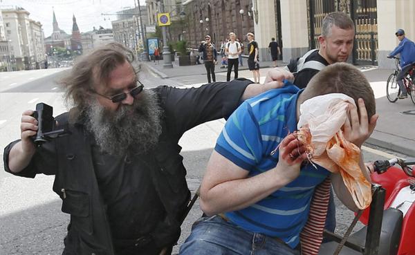 Activistas radicales ortodoxos que aún no saben cómo se usa una cámara.