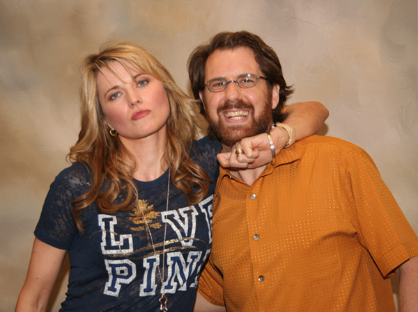 Lucy Lawless negociando pacificamente.