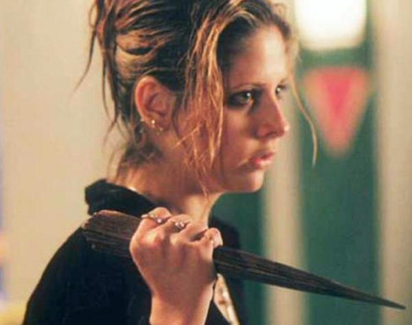 Buffy la de la serie, por supuesto. Borremos de nuestra memoria la película raí nao.